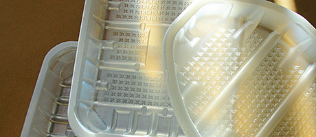 Rigid plastic packaging maker Holfeld Plastics has added to its range of sustainable trays for poultry and fish products with the unveiling of a range of r-PET/PE poultry and fish trays.